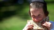 ילד חרדי אוכל מצה (צילום: אביר סולטן)