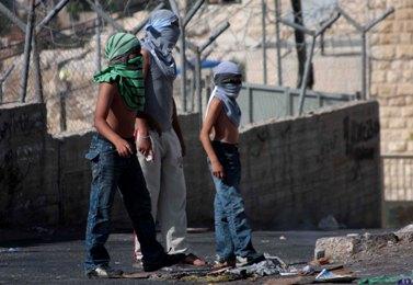 ילדים פלסטינים משליכים אבנים לעבר כוחות הביטחון, אתמול בירושלים (צילום: מועמר עוואד)