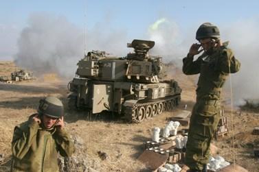 """חיילי צה""""ל אוטמים אוזניים בעת ירי לעבר דרום לבנון, לפני ארבע שנים (צילום ארכיון: ליאור מזרחי)"""