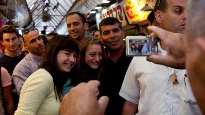 """הרמטכ""""ל גבי אשכנזי בשוק מחנה-יהודה, 29.10.10 (צילום: דוד ועקנין)"""