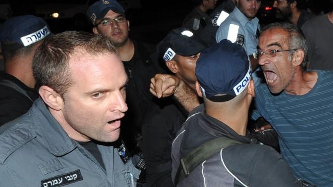 עימות בהפגנה מול בית נשיא האוניברסיטה העברית, בעקבות פינוי משפחות חסרות דיור מבתים ריקים בבעלות האוניברסיטה (צילום: יואב ארי דודקביץ')