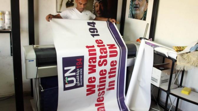"""פלסטיני מדפיס כרזות לקראת הדיון באו""""ם על מדינה פלסטינית, השבוע ברמאללה (צילום: עיסאם רימאווי)"""