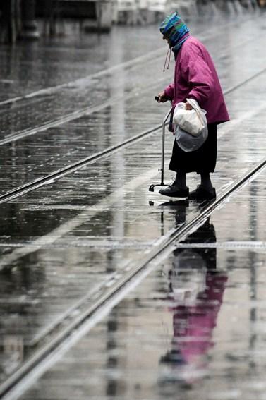 אשה בגשם, אתמול בירושלים (צילום: יואב ארי דודקביץ')