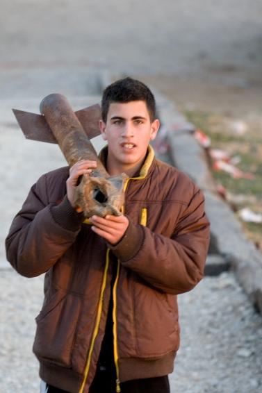 נער נושא קסאם (צילום: Giorgio Montersino, רשיון cc-by-sa-2.0)