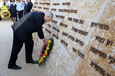 """ראש ממשלת ישראל, בנימין נתניהו, מניח זר על האנדרטה לזכר הרוגי השריפה בכרמל (צילום: משה מילנר, לע""""מ)"""