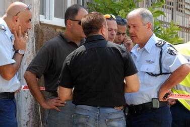 """מפכ""""ל המשטרה, דודי כהן, מחוץ לזירת הרצח בנתניה (צילום: גילי יערי)"""