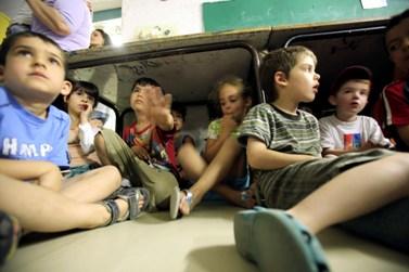 תלמידים בעת תרגיל העורף בשנה שעברה (צילום: יוסי זמיר)