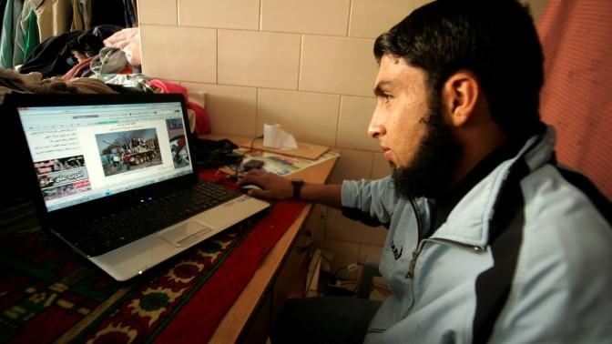 פלסטיני עוקב אחר המאורעות במצרים, אתמול ברפיח (צילום: עבד רחים ח'טיב)