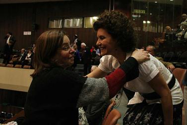 אביבה שליט (משמאל), אמו של החייל החטוף גלעד שליט, מחבקת את האם השכולה ענת וישינסקי. אתמול בכנסת (צילום: יצחק הררי)