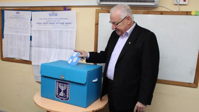 """יו""""ר הכנסת ראובן ריבלין מצביע בבחירות האחרונות לכנסת (צילום: יואב ארי דודקביץ')"""