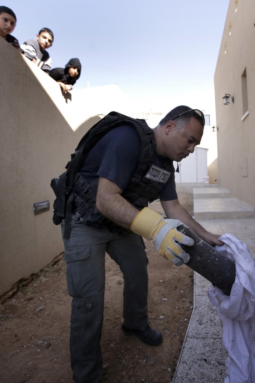 חבלן משטרה מפנה שרידי רקטה פלסטינית שנחתה אתמול בשדרות (צילום: צפריר אביוב)