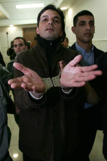 העיתונאי חאדר שאהין מובא למעצר, 13 לינואר 2009 (צילום: קובי גדעון)