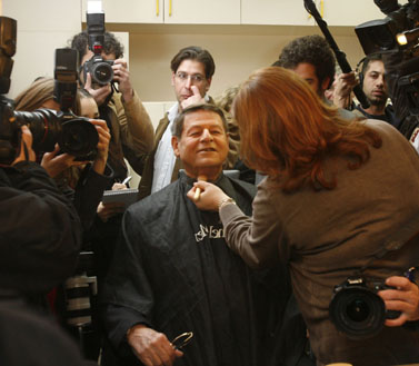 """חיים יבין, מגיש מהדורת """"מבט"""", ערב פרישתו מהערוץ הראשון. פברואר 2008 (צילום: מיכל פתאל)"""