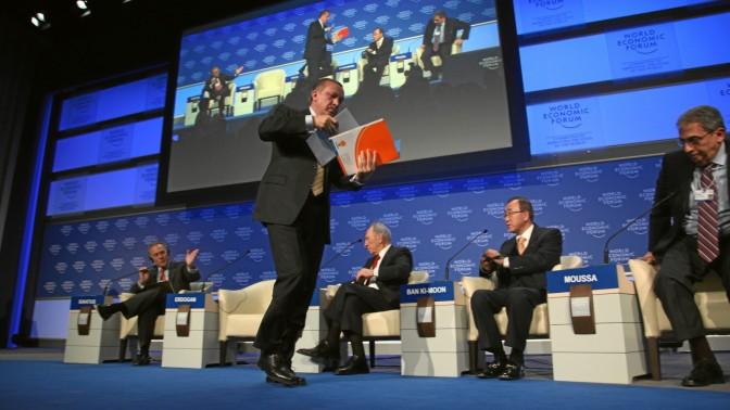 ראש ממשלת טורקיה, רג'פ טאיפ ארדואן, נוטש דיון בעקבות מחלוקת עם הנשיא שמעון פרס. כנס הפורום הכלכלי העולמי, 29.1.09 (צילום: World Economic Forum, רישיון: CC BY-NC-SA 2.0)