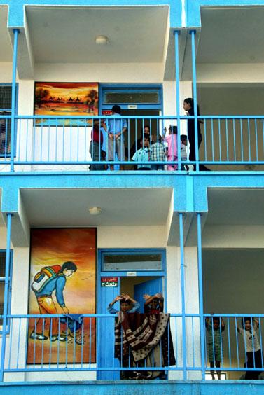 """משפחות פלסטיניות מחפשות מקלט בבית-ספר של אונר""""א ברפיח, יולי 2006 (צילום: פלאש 90)"""