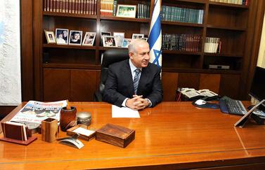 """ראש הממשלה אתמול בלשכתו (צילום: אבי אוחיון, לע""""מ)"""