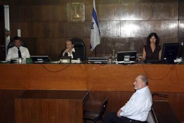 אברהם הירשזון, לשעבר שר האוצר, בעת הקראת גזר דינו בבית-המשפט המחוזי בתל-אביב, אתמול (צילום: רוני שיצר)