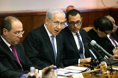 ראש הממשלה בנימין נתניהו (במרכז) והשר סילבן שלום (משמאל), אתמול בישיבת הקבינט (צילום: עמית שאבי)