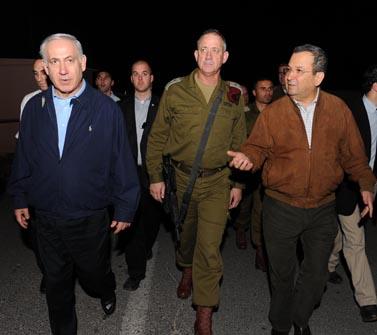 """ראש הממשלה בנימין נתניהו, הרמטכ""""ל בני גנץ ושר הביטחון אהוד ברק (משמאל לימין), בדרכם להדלקת נר חנוכה אתמול, בבסיס חטיבת אפרים בשומרון (צילום: אריאל חרמוני, משרד הביטחון)"""