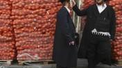 חסידי סאטמר ליד שקי תפוחי אדמה לחלוקה בפסח, אתמול בירושלים (צילום: מתניה טאוסיג, פלאש 90)