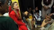 שרת החוץ האמריקאית הילרי קלינטון מקשיבה להסבר על שימוש באינטרנט במדינת ג'וג'ארט שבהודו (צילום: מחלקת המדינה האמריקאית)
