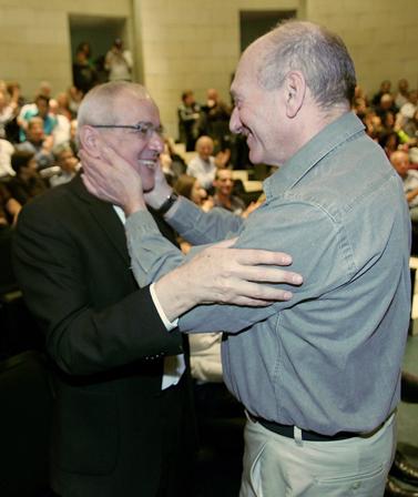 """הרמטכ""""ל לשעבר דן חלוץ (משמאל) וראש הממשלה לשעבר אהוד אולמרט, באירוע ההשקה של ספרו של חלוץ. 16.3.10 (צילום: מרקו)"""
