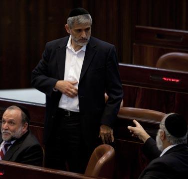 שר הפנים אלי ישי (במרכז), אתמול במושב מיוחד של הכנסת שהוקדש לשריפה בכרמל (צילום: דוד ועקנין)