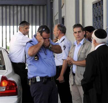 """יו""""ר ש""""ס אלי ישי (משמאל), אתמול בפתח כלא מעשיהו (צילום: יוסי זליגר)"""