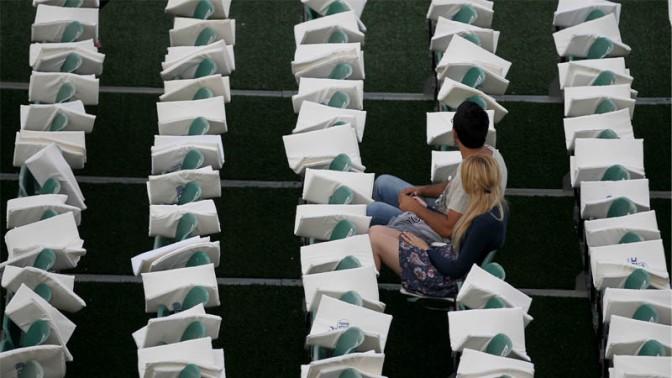 זוג מחכה לתחילת הופעה של אייל גולן בירושלים, 2011 (צילום: נתי שוחט)