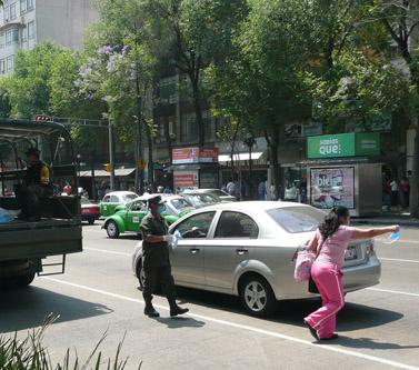 חיילים מקסיקנים מחלקים מסכות לתושבי מקסיקו סיטי