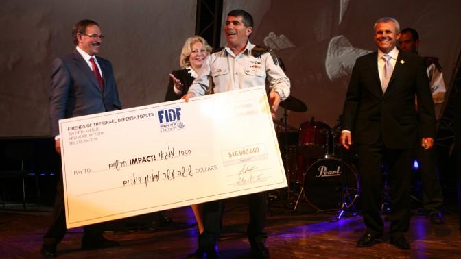 """הרמטכ""""ל גבי אשכנזי מקבל תרומה עבור חיילי צה""""ל. תל-אביב, 11.11.10 (צילום: אדם קפלן)"""