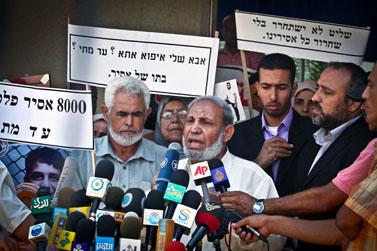 בכיר חמאס מחמוד א-זהאר מדבר אל עיתונאים במהלך הפגנה לשחרור אסירים פלסטינים העצורים בישראל, שנערכה אתמול בעזה (צילום: מוסטפה חסונא)