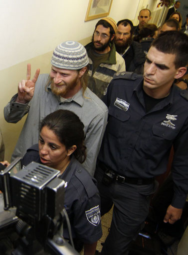 פעילי ימין מובלים למעצר אחרי שחדרו למבנה נטוש ליד גבול ירדן, אתמול בבית-המשפט בירושלים (צילום: אורן נחשון)