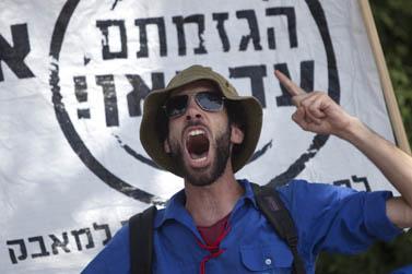 מפגין אתמול מול הכנסת (צילום: דוד ועקנין)