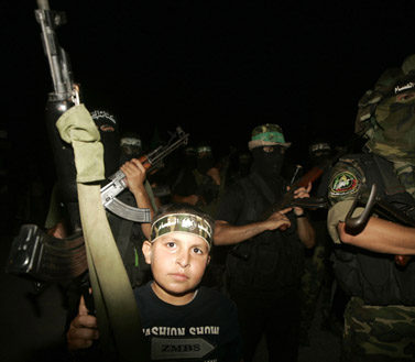 אנשי חמאס צועדים לאחר קרבות עם פלג יריב ברפיח, 17.8.09 (צילום: עבד רחים כתיב)