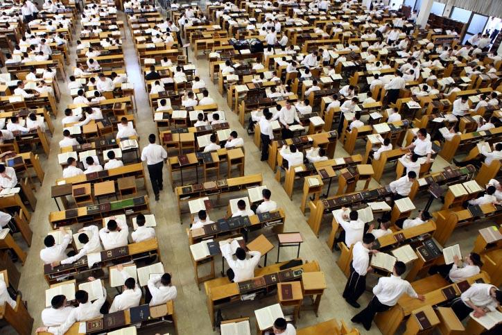תלמידים בישיבת הר-חברון בירושלים, אתמול (צילום: אביר סולטן)