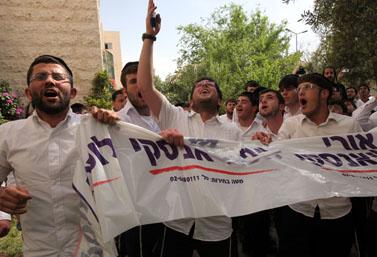 הפגנת תמיכה בירושלים מול ביתו של ראש העיר לשעבר, אורי לופוליאנסקי, אתמול עם שחרורו למעצר בית. לופוליאנסקי חשוד שקיבל שוחד של מיליונים מאנשי עסקים (צילום: יוסי זמיר)