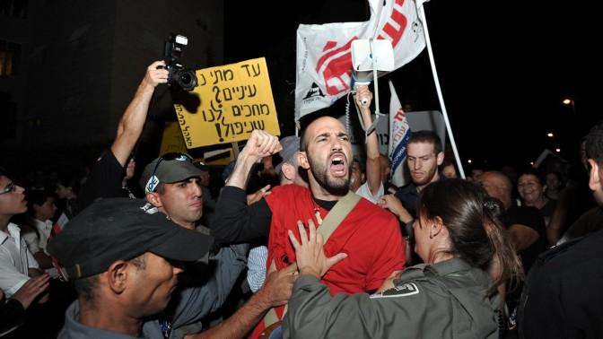 מפגינים מול ביתו של שר השיכון והבינוי אריאל אטיאס, בדרישה לפתרונות דיור. אתמול בירושלים (צילום: יואב ארי דודקביץ')