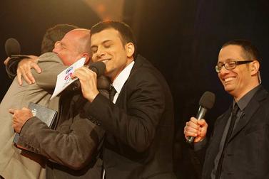 """גמר תוכנית הטלוויזיה """"האח הגדול"""", אתמול. משמאל: המשתתפים אמיר פיי גוטמן ומנחם בן, וצמד המגישים של התוכנית (צילום: קובי גדעון)"""
