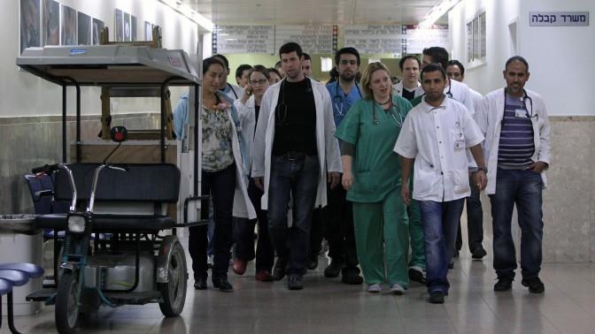 רופאים מתמחים עוזבים משמרת בבית-החולים ברזילי באשקלון, שלשום (צילום: צפריר אביוב)