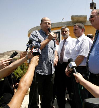 משה יעלון בביקור ביישוב חומש, ה-17 באוגוסט (צילום: מרים אלסטר)