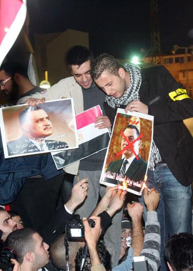 מפגינים נגד שליט מצרים מובארכ, אתמול מול שגרירות מצרים בתל-אביב (צילום: רוני שיצר)