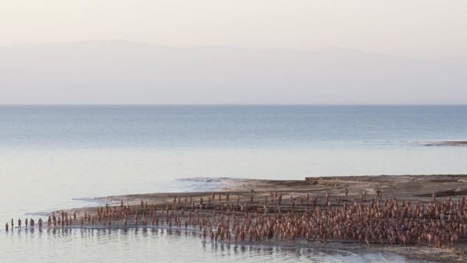 משתתפים בצילום עירום המוני בים-המלח, אתמול (צילום: דוד ועקנין)