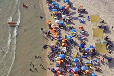 רוחצים על חוף הים בנתניה, ביום חמישי האחרון (צילום: מתניה טאוסיג/פלאש 90)