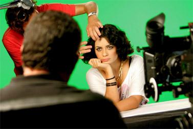 הזמרת נינט טייב מתכוננת לראיון טלוויזיה בדבר תמיכתה בקמפיין לשחרור החייל החטוף גלעד שליט (צילום: פלאש 90)