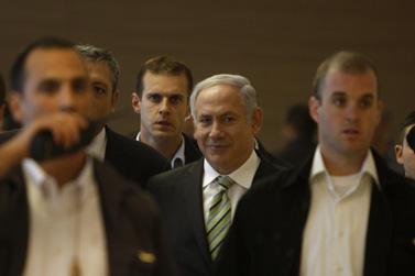 .ראש הממשלה בנימין נתניהו (במרכז). שני משמאל: הדובר ניר חפץ (צילום: ליאור מזרחי)