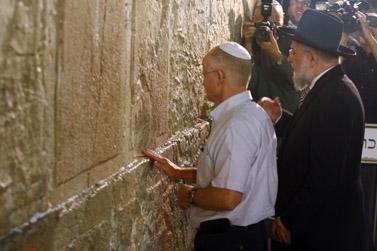 נועם שליט (משמאל), אביו של החייל החטוף גלעד שליט, אתמול בעצרת למען שחרורו שנערכה בכותל המערבי בירושלים (צילום: אביר סולטן)