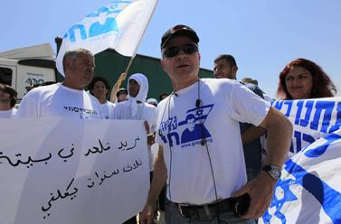 נועם שליט בהפגנה למען שחרור בנו, גלעד, אתמול ליד מעבר הגבול כרם-שלום (צילום: צפריר אביוב)