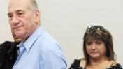 """ראש הממשלה לשעבר אהוד אולמרט ומנהלת לשכתו שולה זקן בפתיחת משפט """"ראשונטורס"""". 6.5.10 (צילום: אריאל ירוזולימסקי)"""