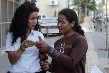שוטרי ההגירה בודקים אנשים הנראים להם כעובדים זרים ללא תעודות, יולי 2009 (צילום: אורי לנץ)
